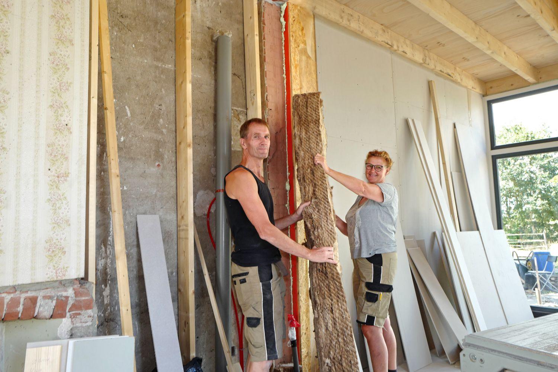 Erik en Luciënne Bouwman aan het verbouwen in hun woning