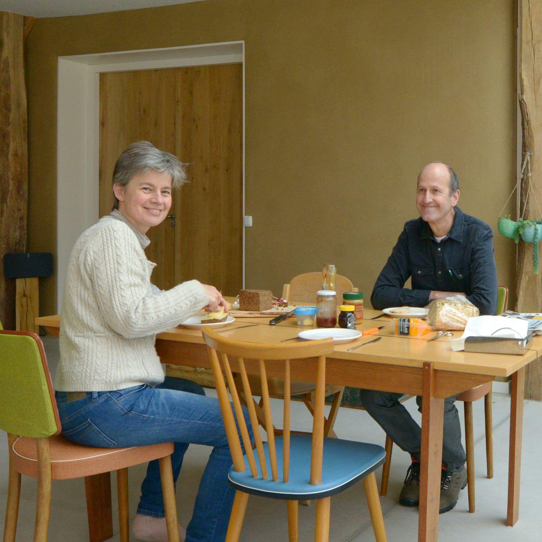 Erika en Tjeerd eten ontbijt aan tafel