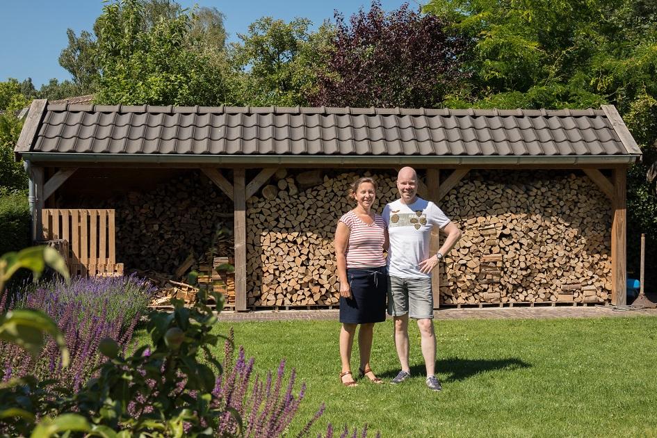 Marinus en Cora in de tuin van hun woning