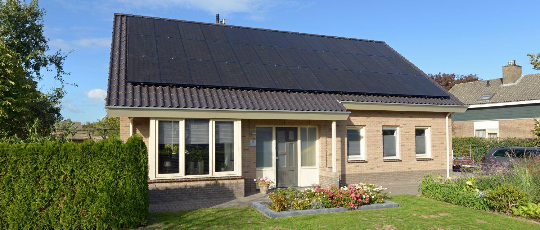 de woning van Harm met een dak vol met zonnepanelen