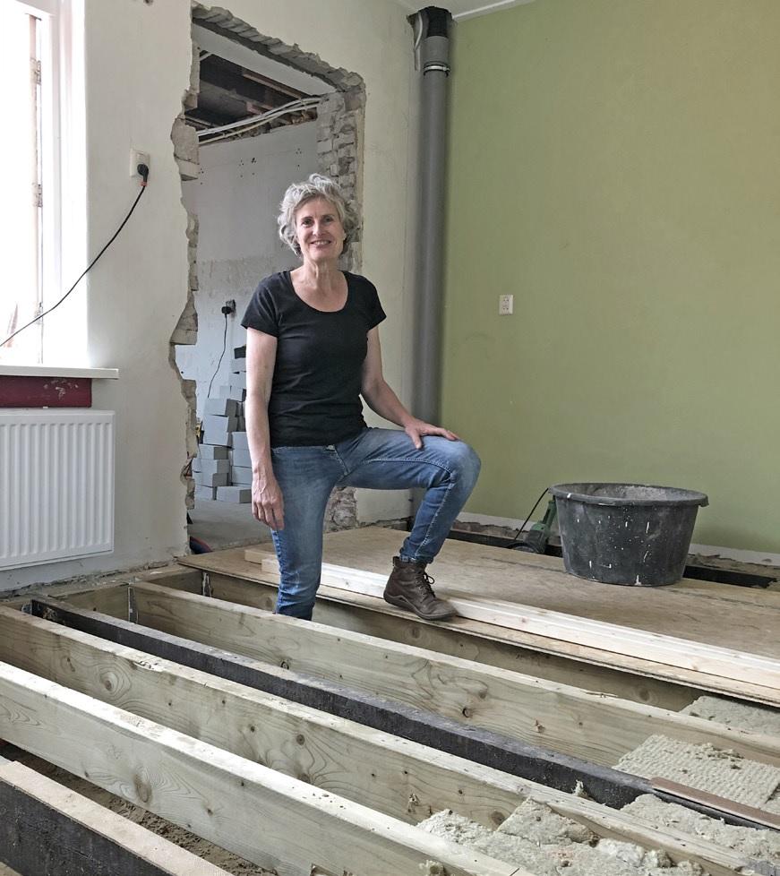 Helma Vaneker tijdens haar verbouwing in haar huis
