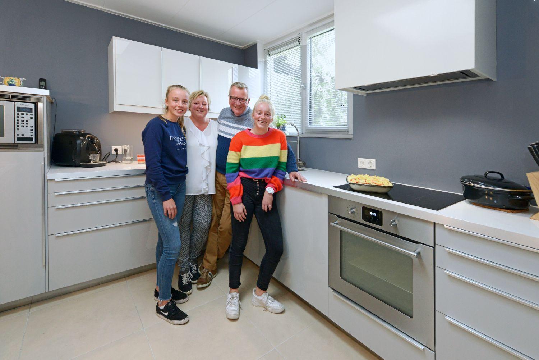 het gezin metselaar in hun keuken