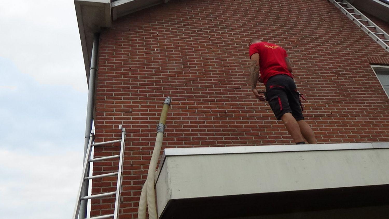 Een man aan het werk op het dak