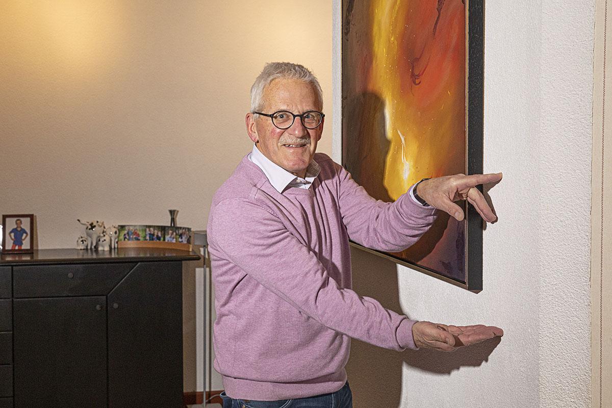 Ebbo Storm van Leeuwen bij een schilderij in zijn woning