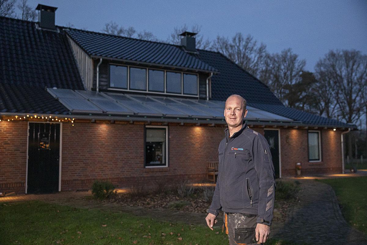 Herbert Gerritsen Mulkes voor zijn woning
