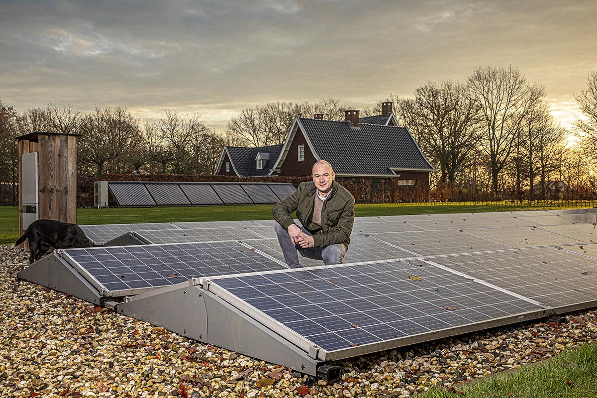 Roy Bolscher hurkend bij zonnepanelen